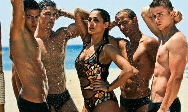 Μια γυναίκα, τέσσερις άντρες σε ένα hot video - clip