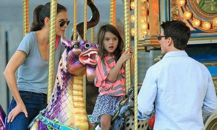 Cruise- Holmes: Με την κόρη τους στις κούνιες