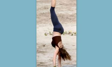 Ποιο διάσημο μοντέλο κάνει ρόδα στην παραλία;