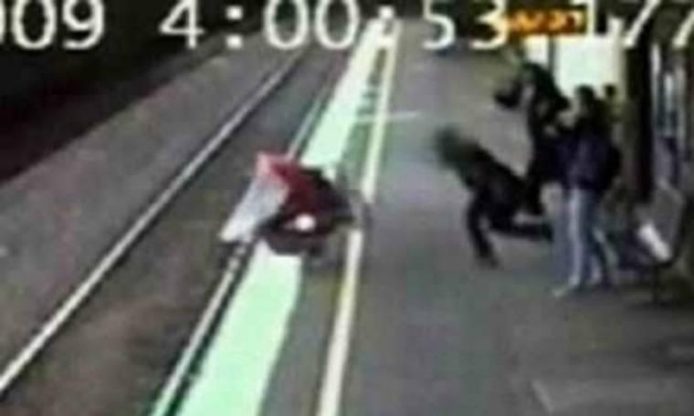 VIDEO: Καροτσάκι με μωρό πέφτει στις ράγες του τρένου