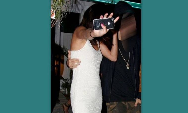 Τραγουδίστρια ζαλισμένη από το ποτό κρύβεται από τους φωτογράφους! (φωτό)