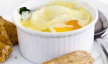 Αυγά με καπνιστό ζαμπόν, σπανάκι και κρέμα στον φούρνο