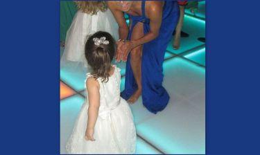 Πασίγνωστη ηθοποιός χορεύει σε γαμήλια δεξίωση… ξυπόλητη!