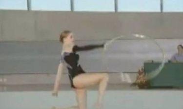 Αθλήτρια γυμναστικής «τρώει»... ρόδα στο κεφάλι (video)