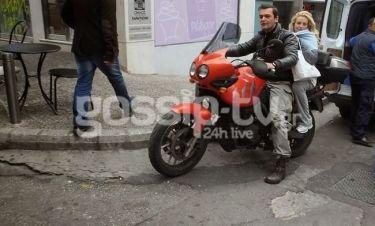 Ο easy rider Κωνσταντίνος Καζάκος έκανε βόλτες με τη σύζυγό του στο Κολωνάκι