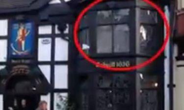 Φάντασμα αναβοσβήνει τα φώτα σε παμπ (βίντεο)