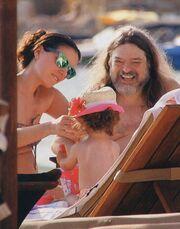Φωτεινή Δάρρα: Με τον πρώην σύντροφό και την κόρη της στην παραλία