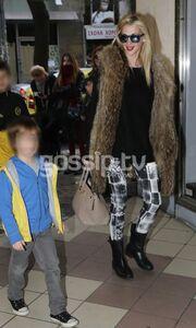 Την «τσακώσαμε» έξω από το θέατρο αγκαλιά με το γιο της