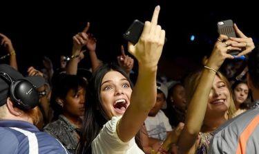 Η Kendall Jenner κάνει… χειρονομία