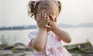 Γιατί είναι σημαντικό να παίζετε με το παιδί σας «κρυφτό»;
