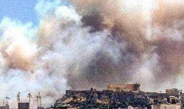 Θλίψη: H Ακρόπολη με φόντο τον πυκνό καπνό της πυρκαγιάς στον Υμηττό