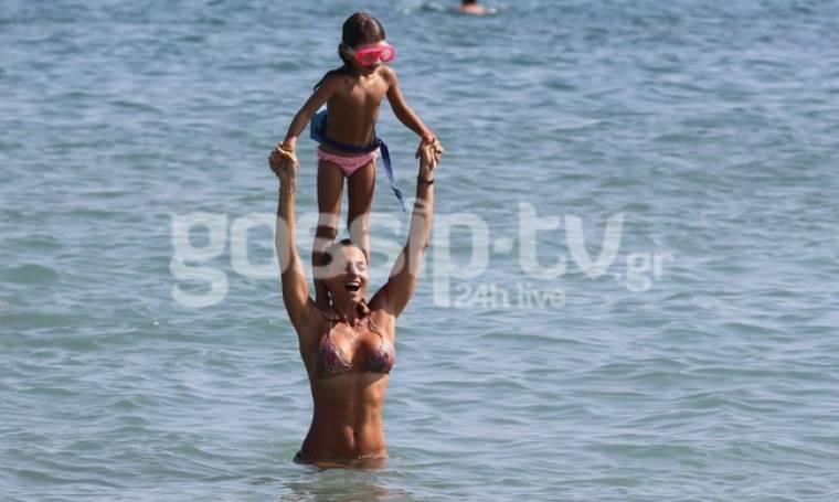 Κατερίνα Λάσπα: Παιχνίδια στο νερό με την κόρη της