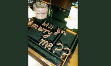 Θα φάει κουφέτα η ελληνική showbiz: Της έκανε πρόταση γάμου με… σοκολατένια γράμματα και εκείνη...