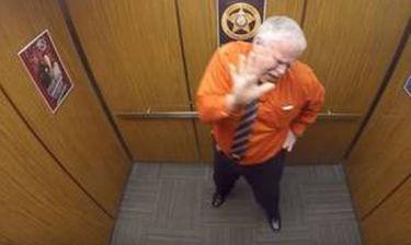 Ο απίστευτος χορός των σερίφηδων στο ασανσέρ που έγινε viral