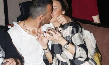 Τα «καυτά» φιλιά του ζευγαριού στο Κέντρο Αθηνών