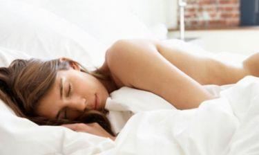 """Εσείς κοιμάστε ακόμη με πιτζάμες; 5+1 σοβαροί λόγοι για να τις """"πετάξετε""""!"""