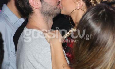 Πήγανε στην Παπαρίζου και άρχισαν τα… «καυτά» φιλιά μπροστά στους φωτογράφους