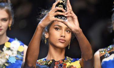 Social media alert: Ήρθε η νέα τάση στις selfies και είναι υπέροχη