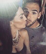«Καυτά» φιλιά πριν το γάμο για το ζευγάρι της ελληνικής σόουμπιζ