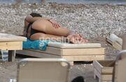 Έβαλε «φωτιές» στη Ρόδο με τη σέξι της εμφάνιση στην παραλία
