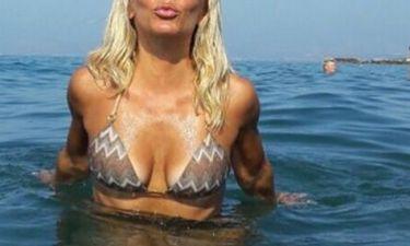 Ελληνίδα ηθοποιός μας στέλνει τα φιλιά της με σέξι μαγιό