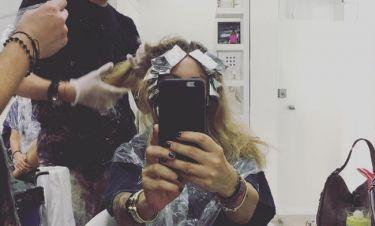 Η Ρούλα Ρέβη βάφει μαλλί και φωτογραφίζεται