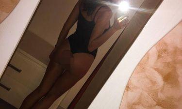 Ποζάρει ημίγυμνη για μια selfie και «ρίχνει» το instagram