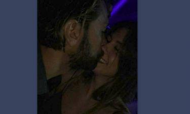 Γιάννης Μαρακάκης: Παθιασμένα φιλιά με τη σύζυγό του στα μπουζούκια (φωτο)