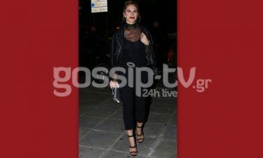 Total black για την Ντορέττα στο Κέντρο Αθηνών