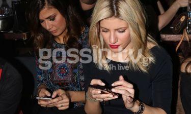 Είστε σε βραδινή έξοδο και είστε με τα κινητά στα χέρια βρε κορίτσια;