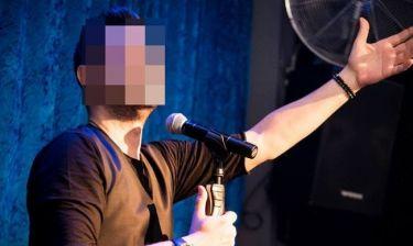Πρόταση γάμου μπροστά σε γνωστό τραγουδιστή-Δείτε την αντίδρασή του