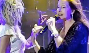 Η Άννα Βίσση δίνει το μικρόφωνο στην Βίκυ Λέανδρος
