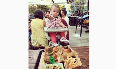 Έτοιμη να δοκιμάσει burgers η κόρη των…