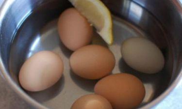 Βράζει αυγά και ρίχνει μέσα μια φέτα λεμόνι - Ο λόγος; Πανέξυπνος! (video)