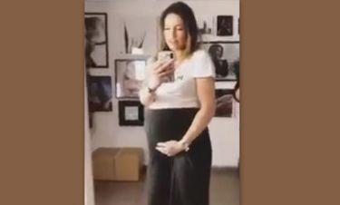 Αθηνά Οικονομάκου: Τα χάδια στην φουσκωμένη κοιλίτσα της λίγο πριν γεννήσει!