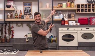 Ο Άκης Πετρετζίκης μπαίνει στην κουζίνα του Kitchen Lab και κάνει θαύματα