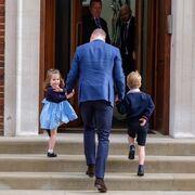 Ο πρίγκιπας George και η πριγκίπισσα Charlotte στο μαιευτήριο να δουν τον αδελφό τους