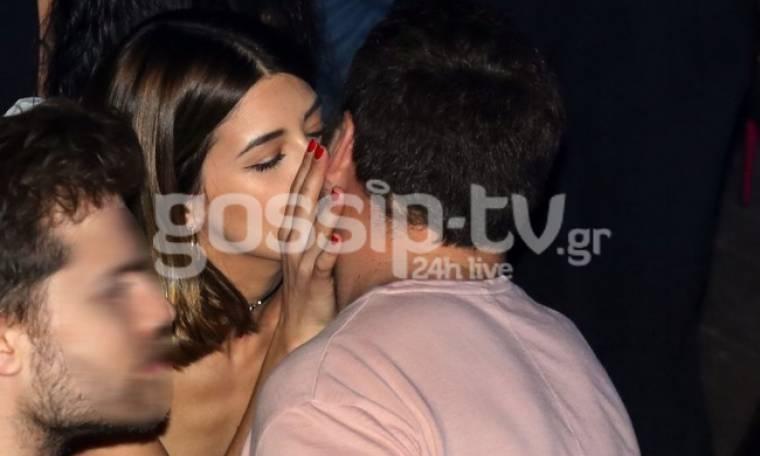 «Καυτά φιλιά» στο στόμα για το ερωτευμένο ζευγάρι