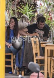 «Καυτά» φιλιά στο κέντρο της Αθήνας για πασίγνωστο Έλληνα ηθοποιό