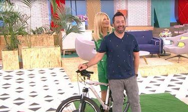 Το ατύχημα της Σκορδά! Πιάστηκε το φόρεμά της από το ποδήλατο και…