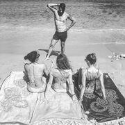 Ο Γιάννης Αϊβάζης και τα «καυτά» κορίτσια του στην παραλία!