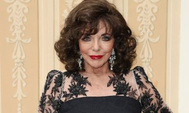 WOW! H Joan Collins ποζάρει με μαγιό στα 85 της