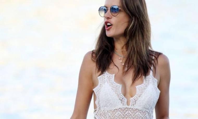 Η Alessandra Ambrosio σου δείχνει τι άλλο μπορείς να φορέσεις αντί μπλούζας το καλοκαίρι