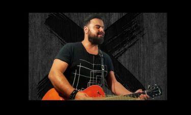 Ηλίας Καμπακάκης: Τραγούδησε για τους πληγέντες από τη φωτιά στην Ανατολική Αττική