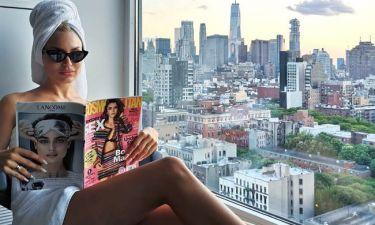Ποζάρει στη Νέα Υόρκη με τις πετσέτες του μπάνιου