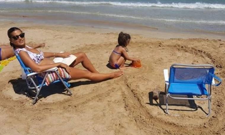Σταματίνα Τσιμτσιλή: Η απίστευτη έκπληξη που δέχθηκε από τις κόρες της στην παραλία