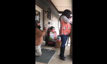 Γέλιο μέχρι… δακρύων: Θέλει να της κάνει πρόταση γάμου και συνεχώς τον διακόπτει!