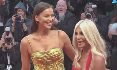 Η Irina Shayk στο κόκκινο χαλί με την Donatella Versace