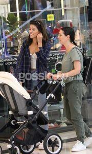 Χαλαρές στιγμές για την Demy: Βόλτα για ψώνια με τη φίλη της