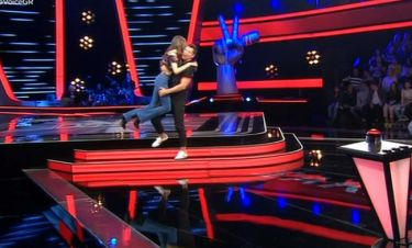 The Voice: Κόντεψε να σωριαστεί στο πλατό με την αγκαλιά και τα φιλιά του Σάκη